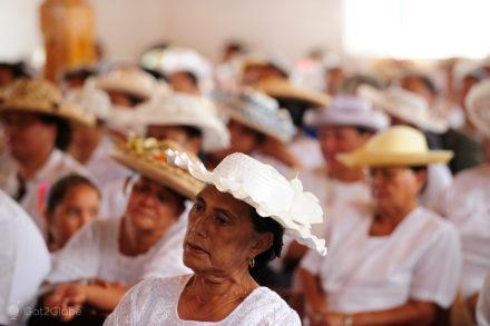 Mulheres na Missa. Bora Bora, Ilhas-Sociedade, Polinésia, Francesa