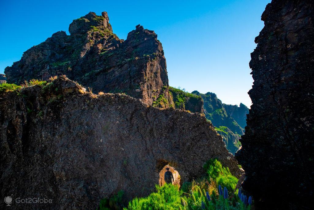 Pequeno túnel, Pico do Arieiro ao Pico Ruivo, Ilha da Madeira, Portugal