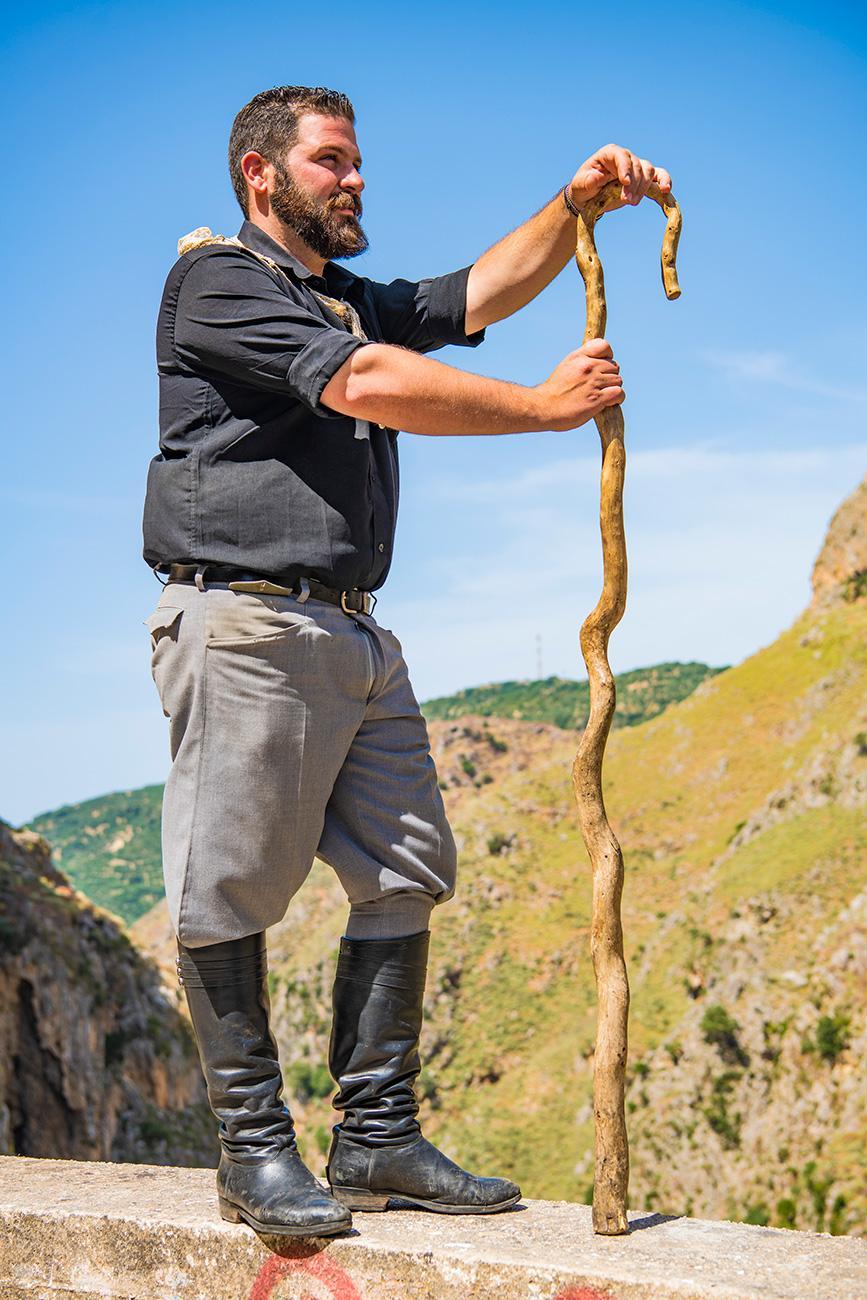 Pastor em trajes tradicionais, Topolia, Creta, Grécia