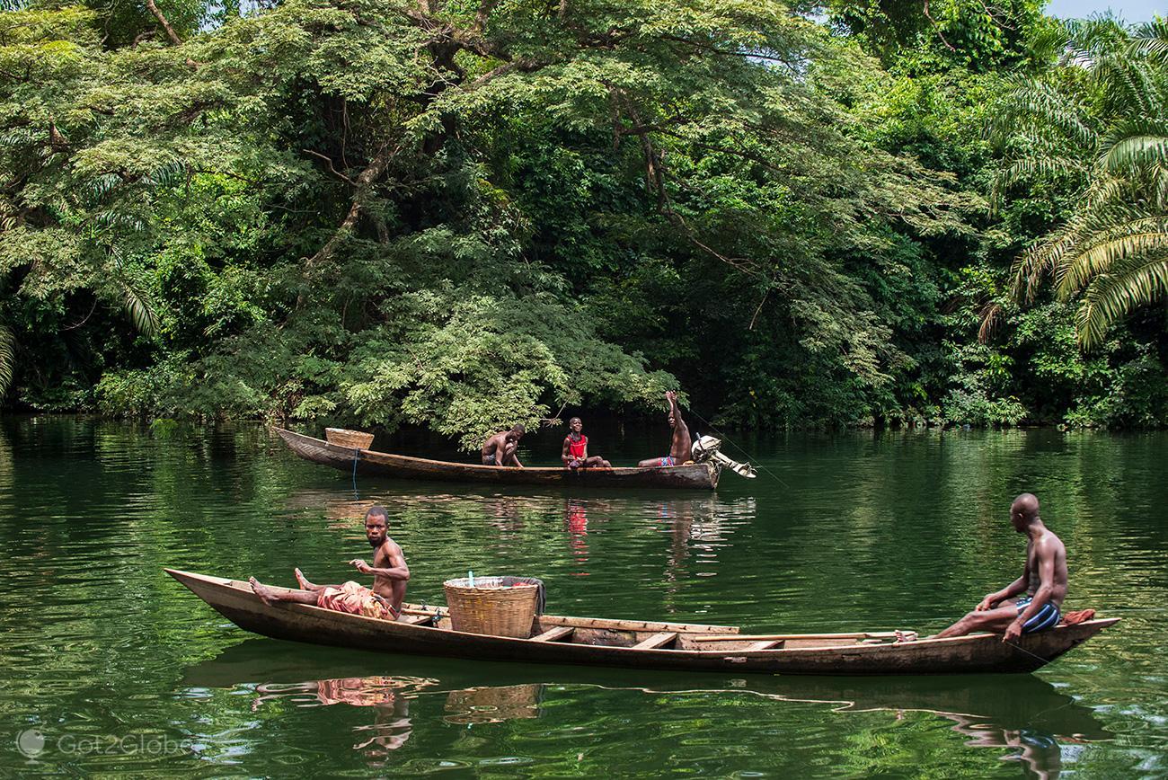 Pescadores em canoas, rio Volta, Gana
