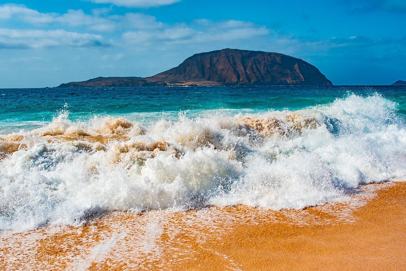 Onda na Playa de Las Conchas, La Graciosa, Ilhas Canárias, Espanha