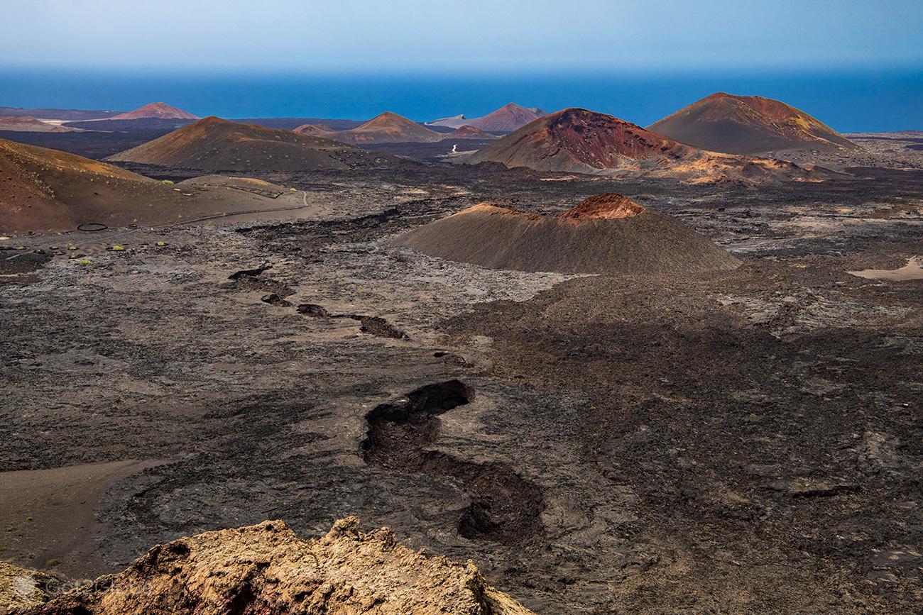 PN Timanfaya, Montanhas de Fogo, Lanzarote, Vista da montaña rajada, mar-de-lavas