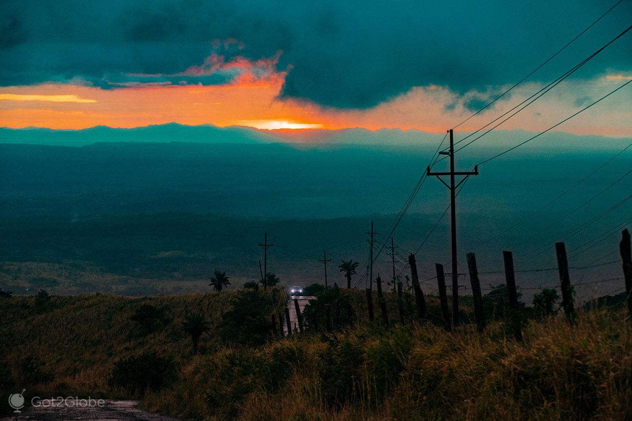 Ocaso chuvoso, vulcão Miravalles, Costa Rica